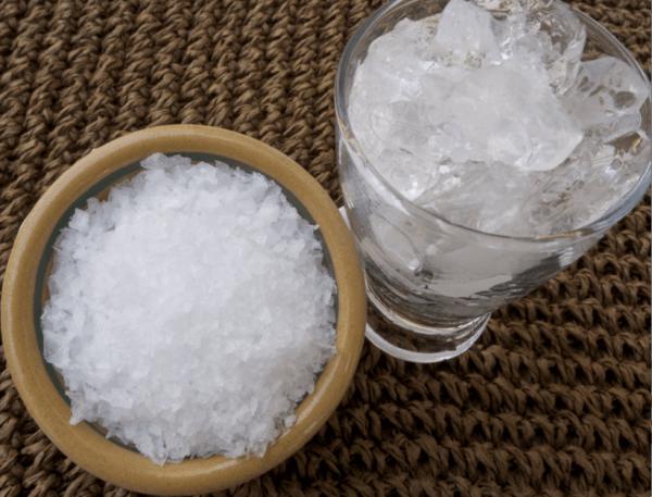 ¿Por qué la mezcla de hielo y sal enfrían tan rápido?