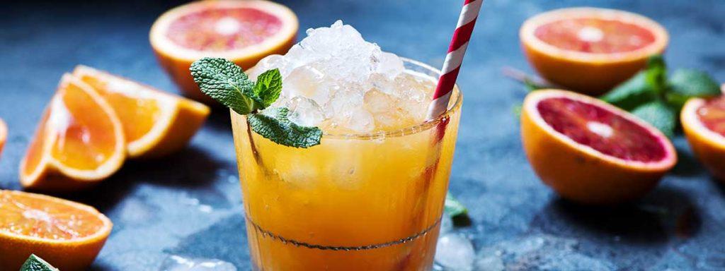 Cocktail preparado con hielo picado